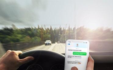 Bilföraren kör bil och SMSar samtidigt
