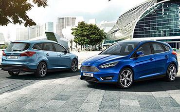 Två Ford Focus parkerade bredvid varandra